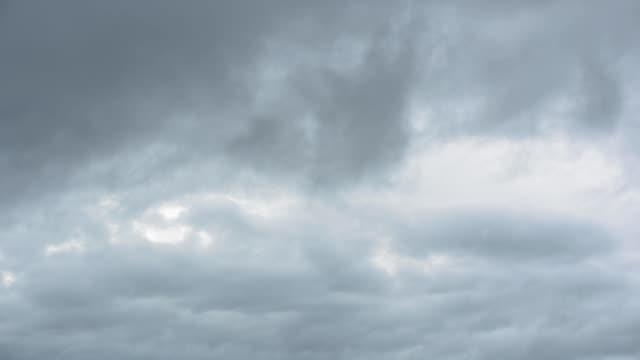 vídeos de stock, filmes e b-roll de chuva movente nublado com céu nublado - nublado