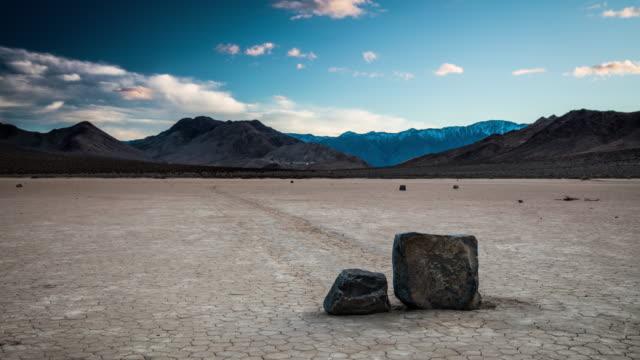 vídeos de stock e filmes b-roll de time lapse: moving rocks at death valley - parque nacional do vale da morte