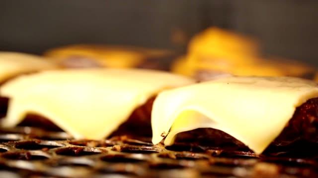 グリルでチーズの移動撮影 - チーズ 溶ける点の映像素材/bロール