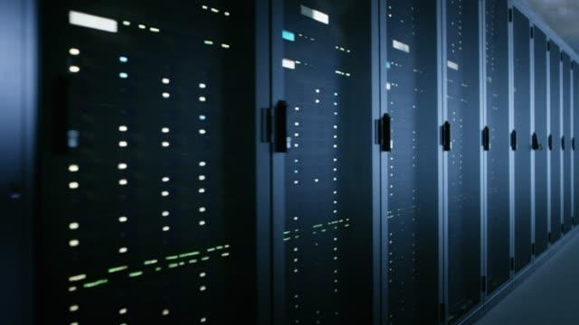 flytta skott av datacenter med flera rader av fullt fungerande serverrack. modern telekommunikation, cloud computing, artificiell intelligens, databas, super dator teknik koncept. - server room bildbanksvideor och videomaterial från bakom kulisserna