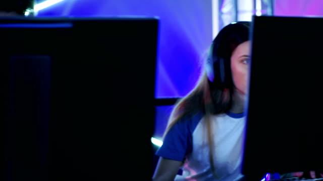 ショットのチームの 10 代のゲーマー演奏 esport トーナメントのマルチ pc ビデオ ゲーム内を移動します。 - ゲーム ヘッドフォン点の映像素材/bロール