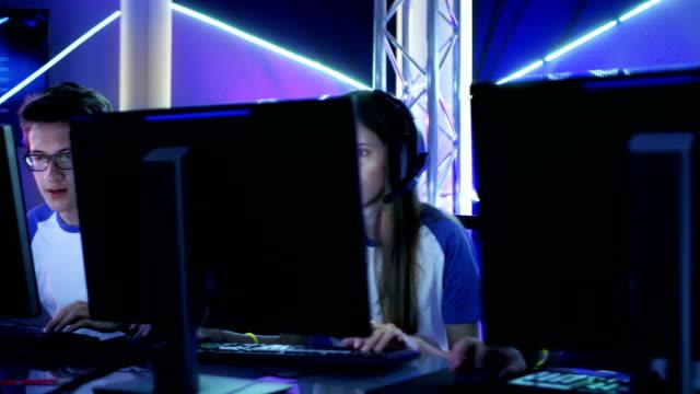 ショットのチームの 10 代のゲーマー演奏 esport トーナメントのマルチ pc ビデオ ゲーム内を移動します。ちょっとを感情的。 - ゲーム ヘッドフォン点の映像素材/bロール