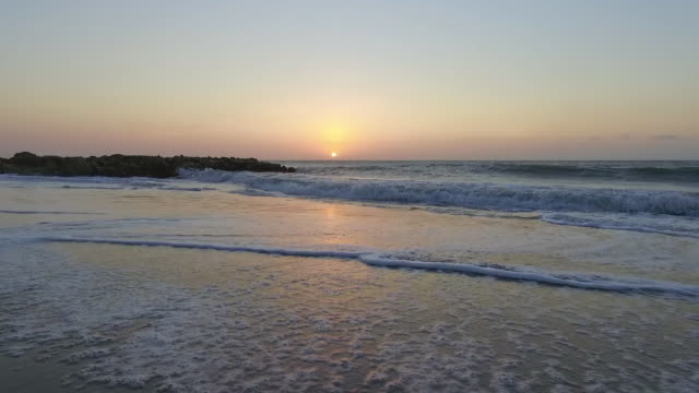 vídeos y material grabado en eventos de stock de tiro en movimiento sobre playa puesta de sol en cartagena, colombia - stabilized shot