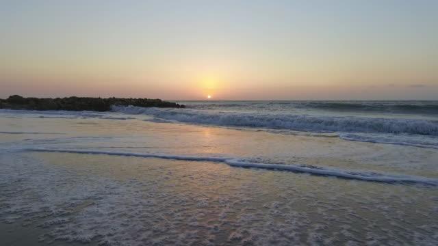 vídeos de stock e filmes b-roll de moving shot over sunset beach in cartagena, colombia - stabilized shot