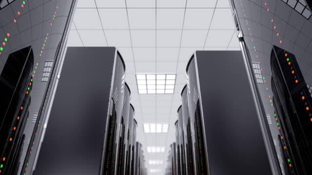 stockvideo's en b-roll-footage met langzaam bewegen tussen server racks in datacenter - datacenter