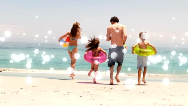 rörliga fläckar av vitt ljus med familj på stranden - inflatable ring bildbanksvideor och videomaterial från bakom kulisserna