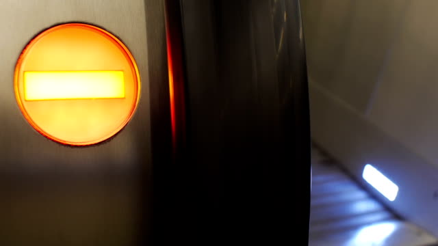 scale mobili ferroviaria con rosso no luce dell'ingresso. - balaustrata video stock e b–roll