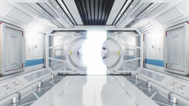 bewegen sie sich durch den abstrakten raumschifftunnel zum öffnen des gateways. 3d-animation mit alpha-maske. schöne futuristische innenraum des raumschiffs mit öffnung tür zu weißem licht. - wohngebäude innenansicht stock-videos und b-roll-filmmaterial