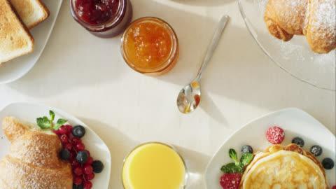 vídeos y material grabado en eventos de stock de movimiento a través de la mesa de desayuno - desayuno