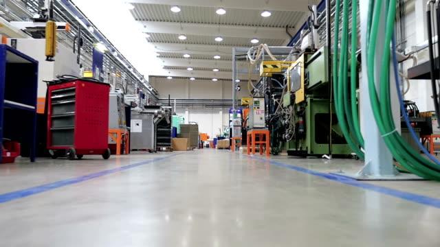 движение в направлении в заводских нижний ракурс - манипулятор робота производственное оборудование стоковые видео и кадры b-roll