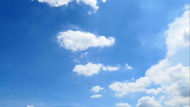 vídeos de stock, filmes e b-roll de nuvem de 4k moving branca sobre fundo de céu azul - cirro