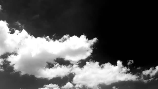 vidéos et rushes de mouvement blanc nuages sous ciel clair 4 k time lapse video - image en noir et blanc
