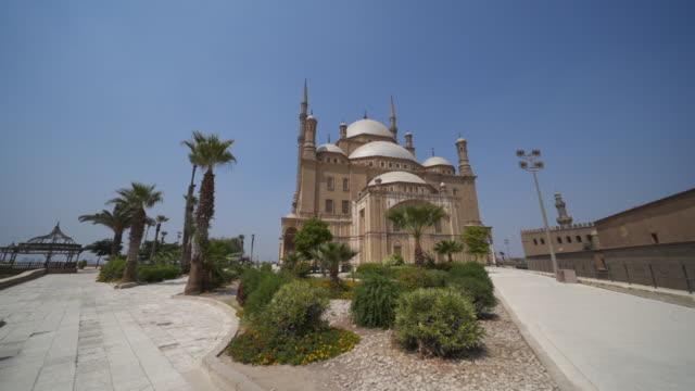 kahire'de bir caminin hareketli geniş açı çekim - i̇badet yeri stok videoları ve detay görüntü çekimi