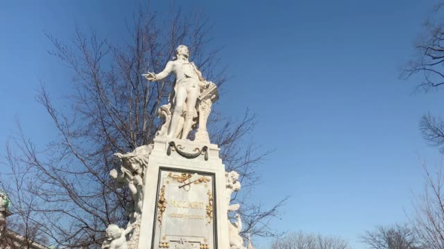 vídeos de stock e filmes b-roll de mozart monument, vienna - compositor