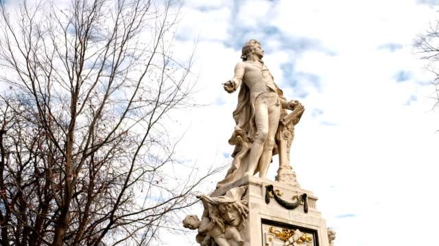 vidéos et rushes de statue de mozart vienne-temps qui passe - compositeur