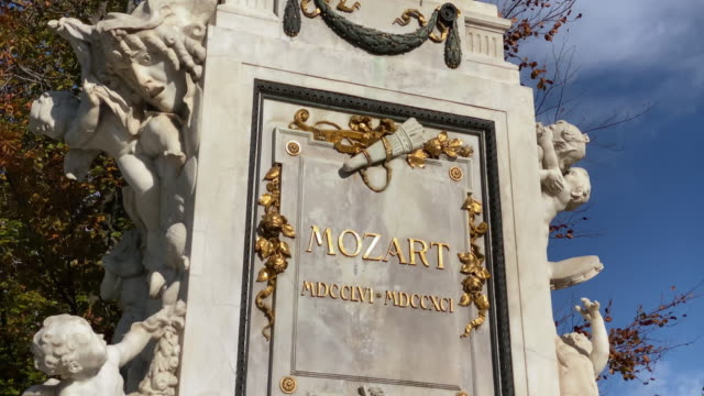 vídeos de stock e filmes b-roll de mozart statue vienna - compositor