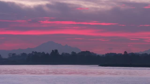 mt. baker sunrise, fraser river 4k. uhd - fiume fraser video stock e b–roll