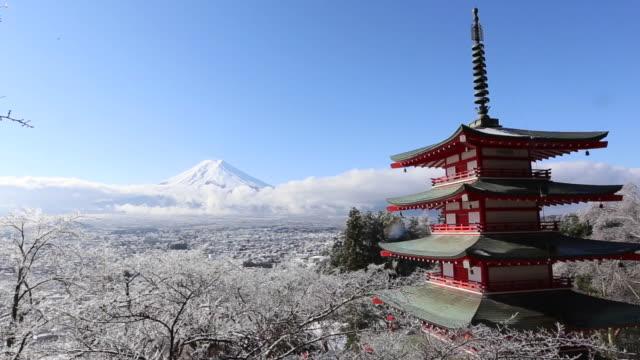 冬、富士吉田、日本の赤い塔と富士山 - 富士山点の映像素材/bロール