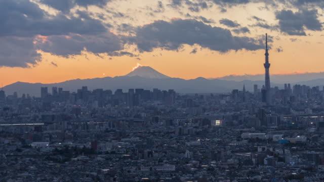 vidéos et rushes de crépuscule de skyline mt.fuji et ville de laps de temps de nuit - fuji yama