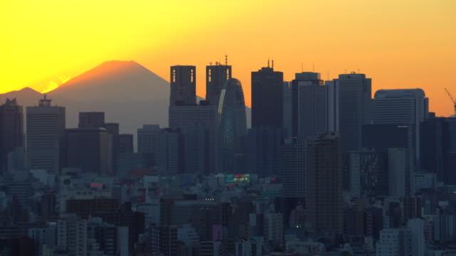 vidéos et rushes de mt.fuji avec la construction avant le coucher du soleil de la ville - fuji yama