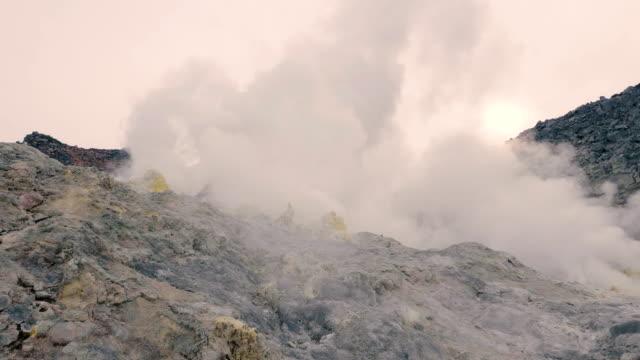 mt.iou,iousan,in akan nationalpark, hokkaido, japan, filmad i 4k - akan nationalpark bildbanksvideor och videomaterial från bakom kulisserna