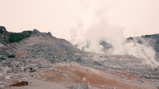mt.iou,iouzan,in akan nationalpark, hokkaido, japan, filmad i 4k - akan nationalpark bildbanksvideor och videomaterial från bakom kulisserna