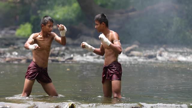 vídeos de stock e filmes b-roll de muay thai or thai boxing at thailand - boxe tailandês