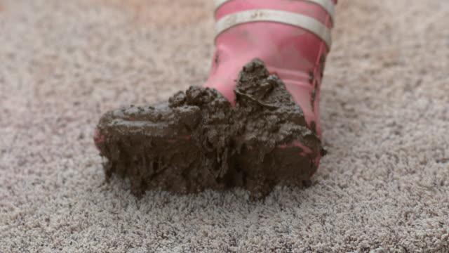 muddy boot fallen auf teppich in zeitlupe - schmutzfleck stock-videos und b-roll-filmmaterial