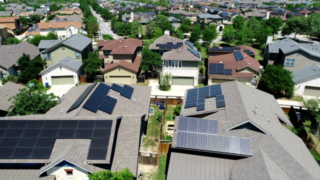 vídeos de stock e filmes b-roll de mueller new development suburb with rooftop solar panels in austin , texas - aerial view - orbiting around solar rooftops - energia solar