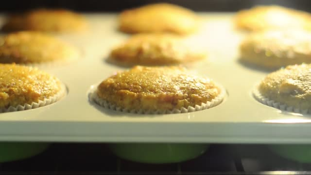 muffins in the oven - fresh baked salty muffins - muffins growing in the oven - pieczony filmów i materiałów b-roll