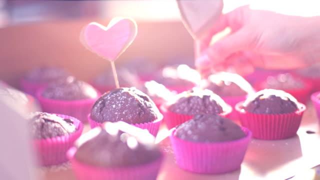 muffins mit herzen in sonne - dekorative kunst stock-videos und b-roll-filmmaterial