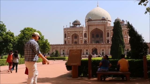 vídeos de stock, filmes e b-roll de túmulo de humayun imperador mogol em deli - nova delhi