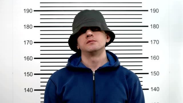 警察署で Mugshot 若い男 ビデオ