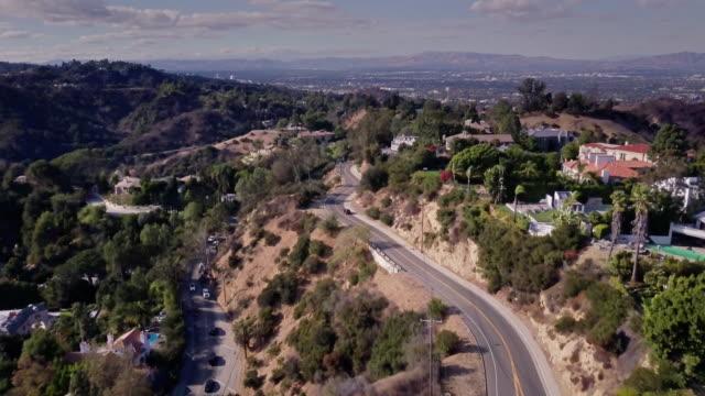 vídeos de stock e filmes b-roll de mulholland drive, beverly hills - aerial shot - mansão imponente