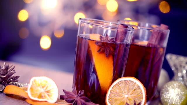 vídeos de stock, filmes e b-roll de quentão na celebração da noite de festa de ano novo e natal delicioso beber para outono e inverno, tom de cor vintage - tea drinks