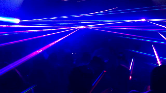 vídeos de stock e filmes b-roll de multi coloured lasers in nightclub party - laser