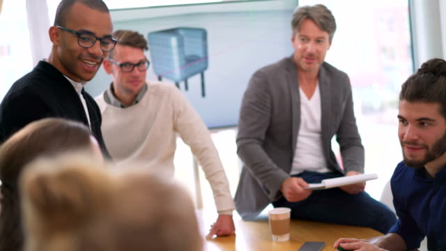 Multi-ethnic business-team-Mitgliedern Präsentation im Tagungsraum – Video