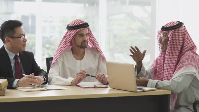 multi ethnic businessmen having conversation in the meeting - cultura del medio oriente video stock e b–roll