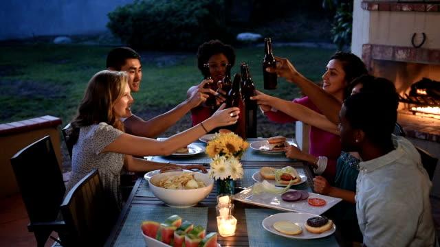 Multi étnica amigos brindis junto a una barbacoa de verano - vídeo