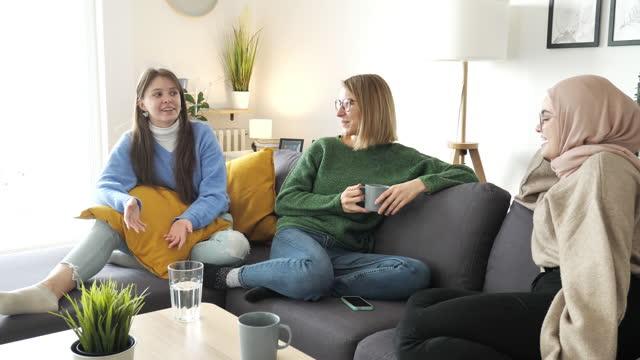 multi etnisk grupp av unga kvinnor som har träffas hemma. - 20 29 år bildbanksvideor och videomaterial från bakom kulisserna