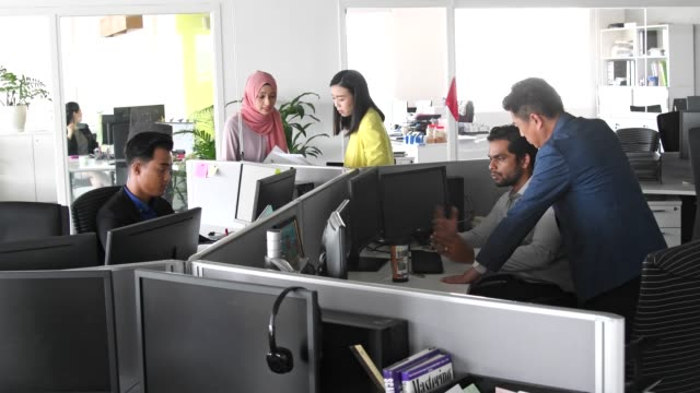 multi ethnic group working in modern open plan office - grandangolo tecnica fotografica video stock e b–roll
