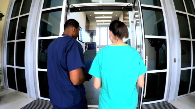 multi ethnischen professionelle krankenschwestern tragen scheuert im krankenhaus - menschliche tätigkeit stock-videos und b-roll-filmmaterial