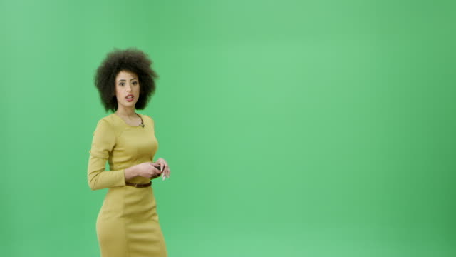 vídeos de stock e filmes b-roll de multi ethnic woman with curly black hair presenting the weather forecast - weatherman
