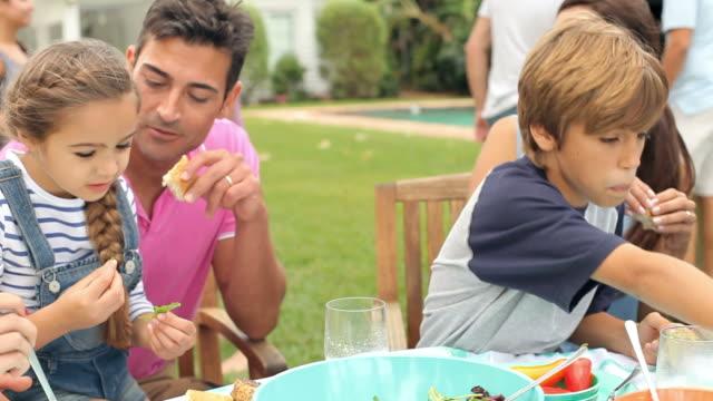 De várias gerações de família desfrutar refeição no jardim juntos - vídeo