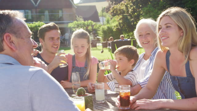 multi-generationen-familie genießen outdoor-sommer-drink im pub - enkelkind stock-videos und b-roll-filmmaterial