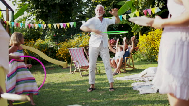 vídeos de stock, filmes e b-roll de família de geração multi no piquenique - festa no jardim
