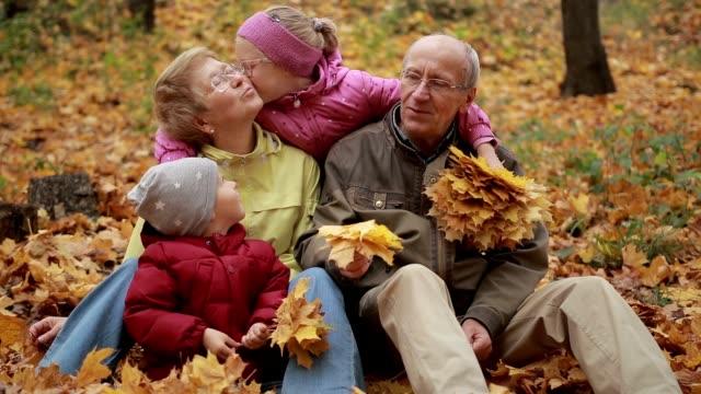 Família de geração multi relaxante no parque outono - vídeo