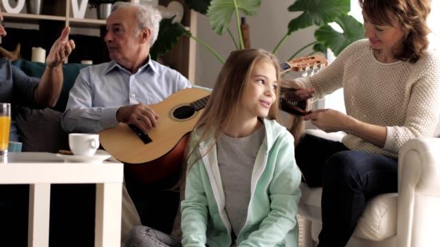 複数世代の家族が一緒に過ごす時間 - ブラシ点の映像素材/bロール