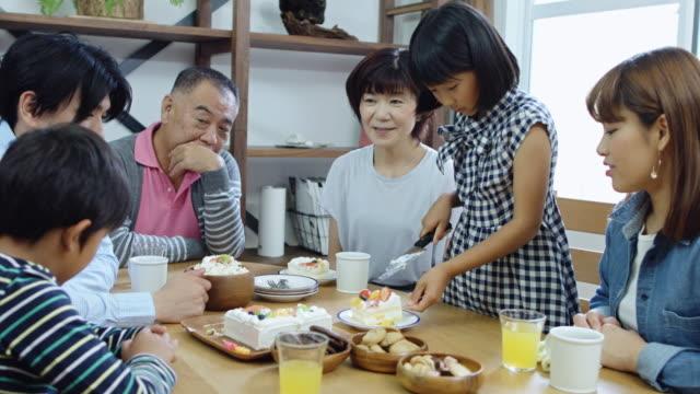 ケーキを持っているマルチ世代日本家族 - 家族 日本人点の映像素材/bロール
