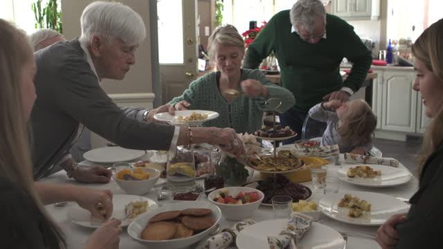 vídeos de stock, filmes e b-roll de jantar em família de várias gerações - jantar